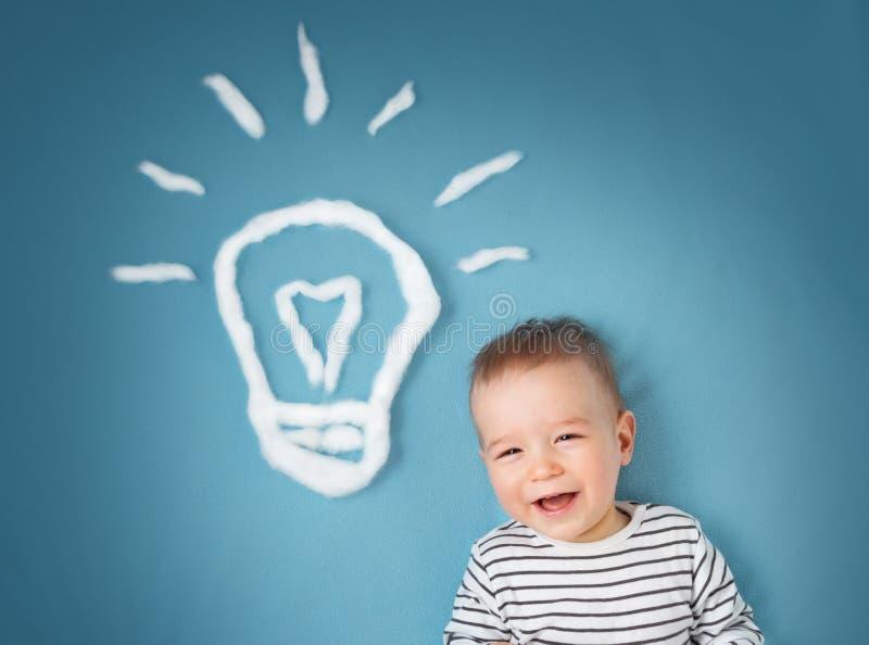 近一个岁男孩和电灯泡 孩子有想法 库存照片