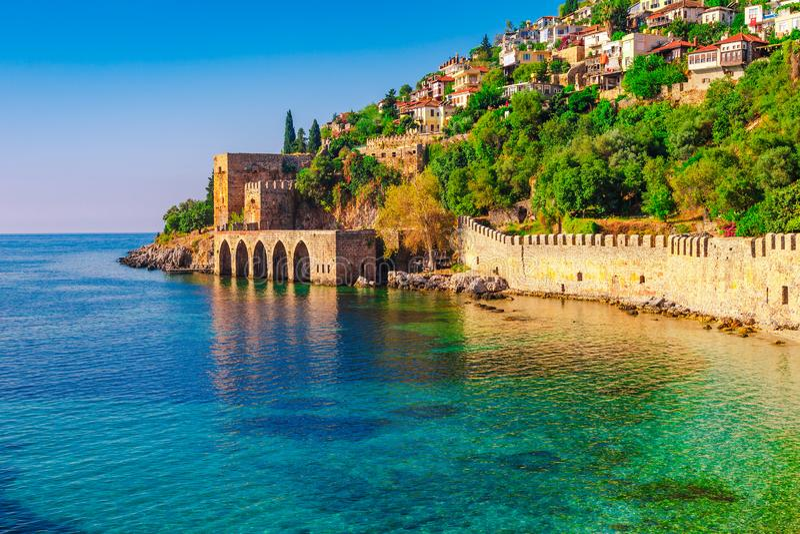 近古老造船厂风景在阿拉尼亚半岛,安塔利亚区,土耳其,亚洲的Kizil Kule塔 著名游人 库存图片