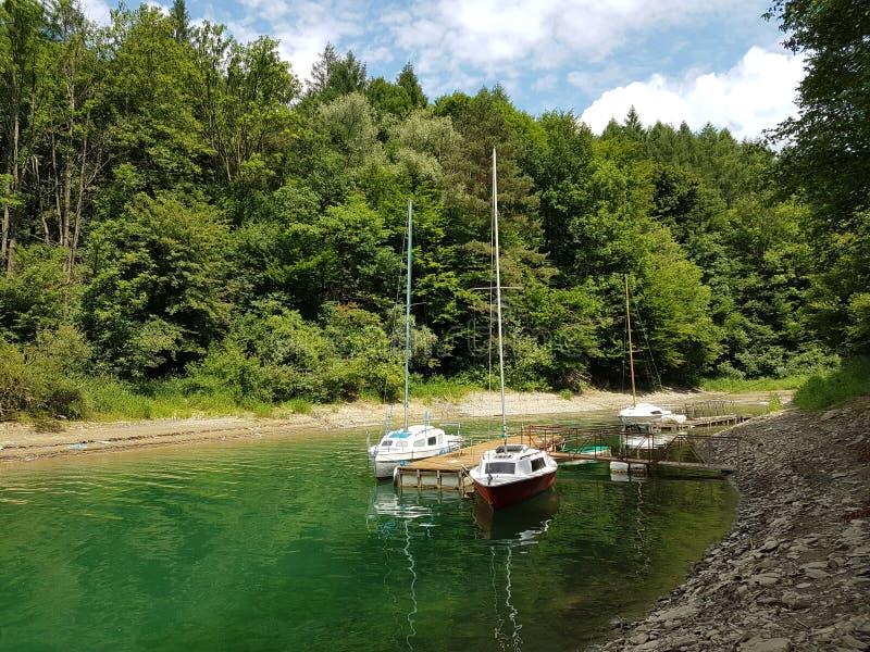 近岸航行小航行游艇被停泊在码头在一个美丽如画的港口 有名望和健康生活方式 Recr 图库摄影