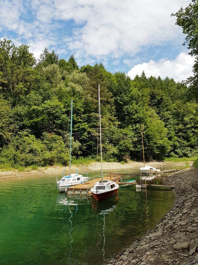 近岸航行小航行游艇被停泊在码头在一个美丽如画的港口 有名望和健康生活方式 Recr 库存照片