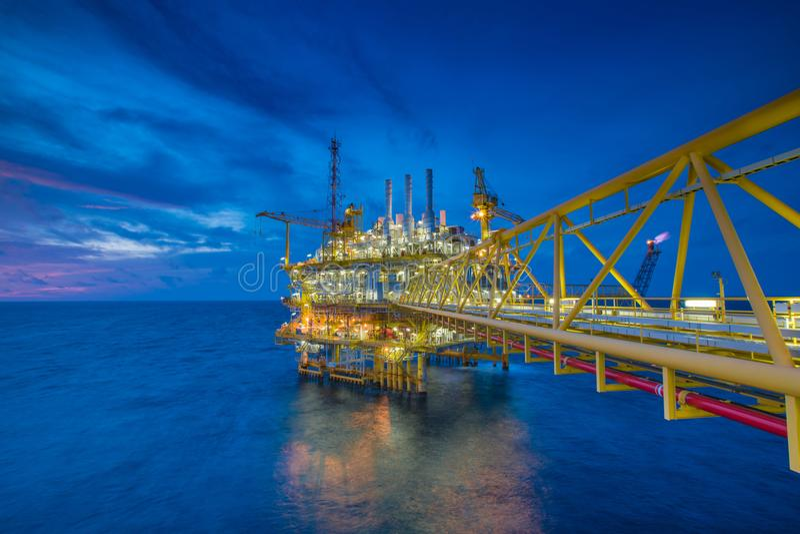 近海处油和煤气产业,中央处理平台接受气体从泉源平台和款待然后被送到在陆上 库存照片