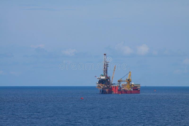近海处生产的船具油和煤气,运转在操练的平台的船具平台和发现油和煤气 免版税库存图片