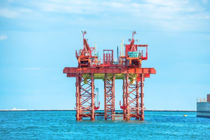 近海处石油钻井平台 免版税库存图片