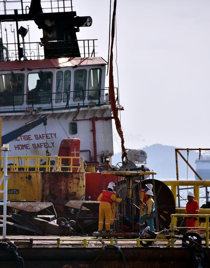 近海工作者准备对上垂悬在天空中的个人安全篮子 免版税库存图片