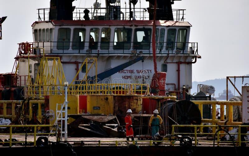 近海工作者准备对上垂悬在天空中的个人安全篮子 免版税库存照片