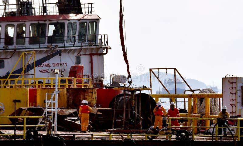 近海工作者调动从石油平台到适应驳船 免版税库存照片