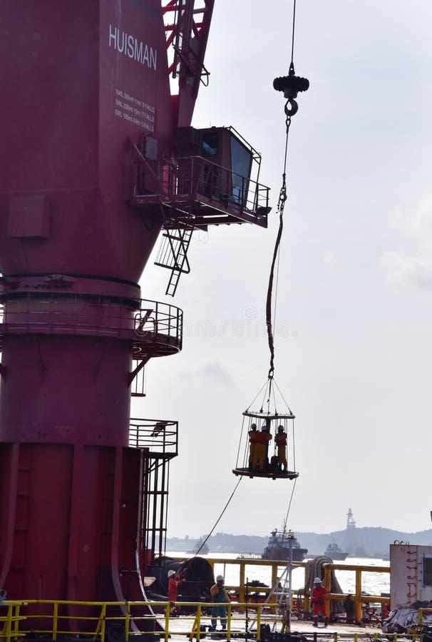 近海工作者调动从石油平台到适应驳船 库存图片