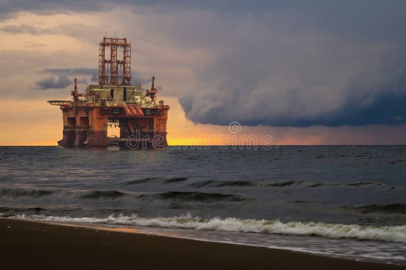 近海抽油装置日落 免版税图库摄影