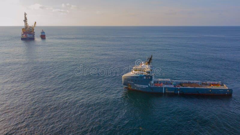 近海支援船只在晚上 免版税库存照片