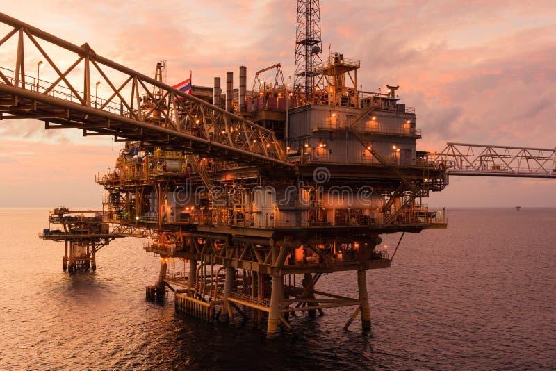 近海油和煤气中央处理平台和遥控制地图 免版税图库摄影
