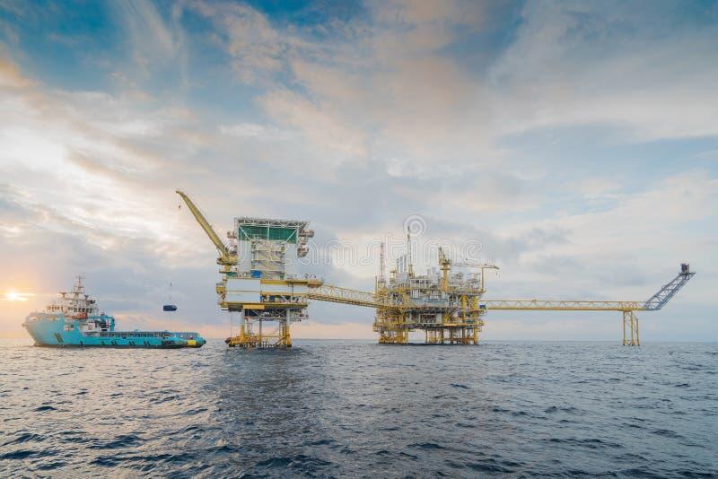 近海油和煤气中央处理平台送的产物原料气体凝析油和原油到向着海岸的精炼厂 图库摄影