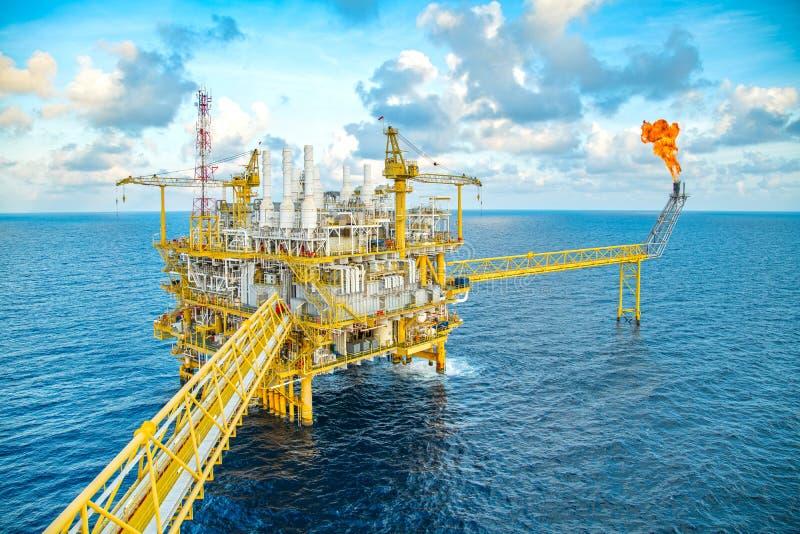 近海油和煤气中央设施生产原料气体凝析油和原油为送然后对待到向着海岸的精炼厂 免版税库存照片