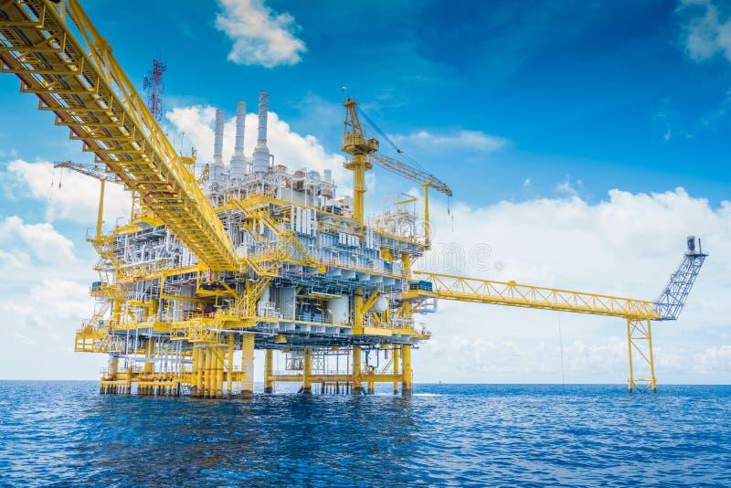 近海油和煤气产业导致了原料气体,并且原油然后送了到向着海岸的精炼厂 库存照片