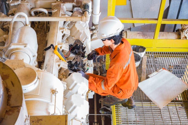 近海油和煤气多技巧操作员电子,仪器和机械一会儿维护汽油引擎压缩机在油 免版税库存照片