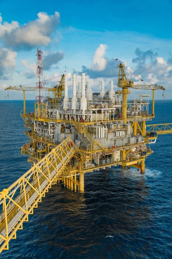 近海油和煤气建筑平台导致的气体和凝析油然后对待原料气体和液体碳氢化合物的地方 免版税库存图片