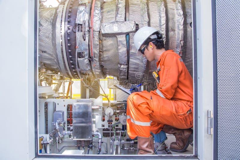 近海油和煤气服务,涡轮操作员检查和涡轮机械的检查设备在处理平台的气体的, 库存图片