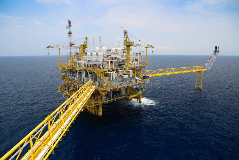 近海油和煤气生产和探险事务 生产油和煤气植物和主要建筑平台在海 库存照片