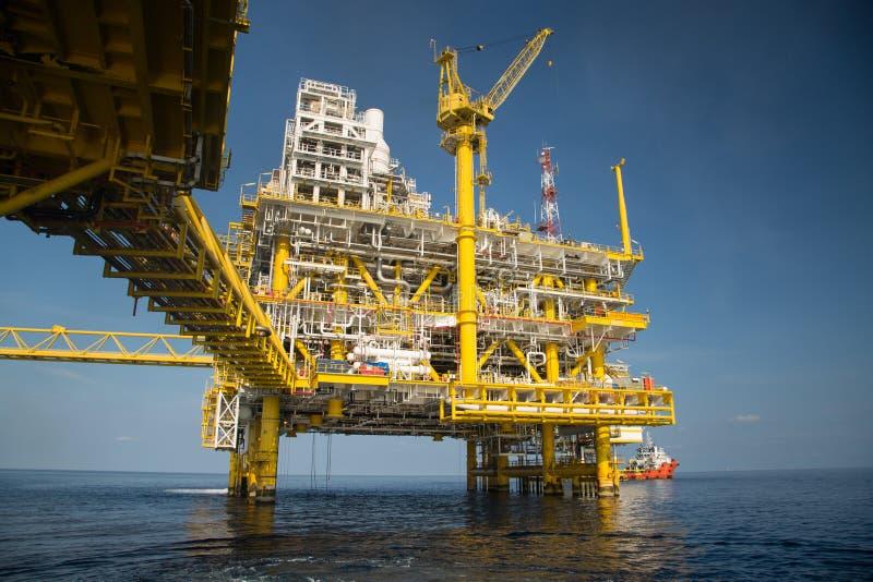 近海油和煤气生产和探险事务 生产油和煤气植物和主要建筑平台在海 免版税库存照片