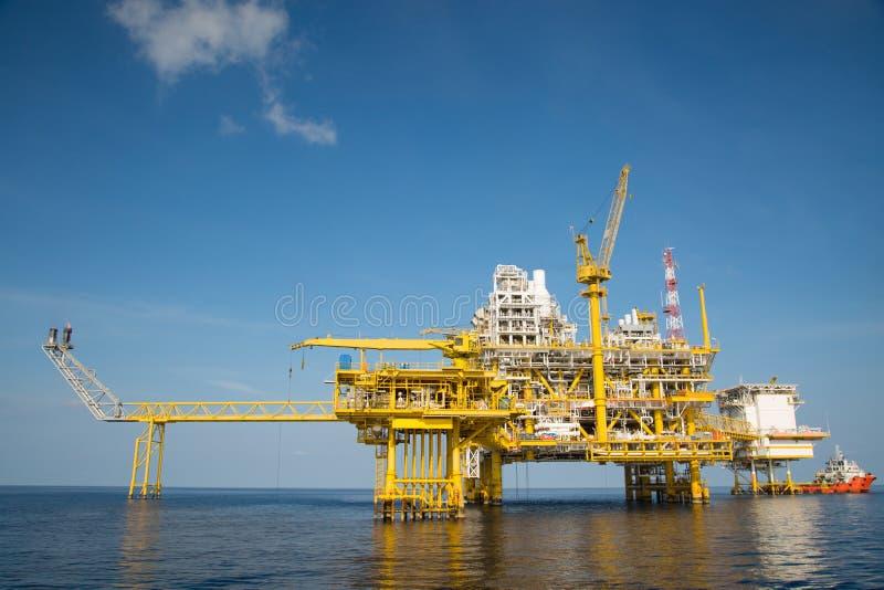 近海油和煤气生产和探险事务 生产油和煤气植物和主要建筑平台在海 库存图片