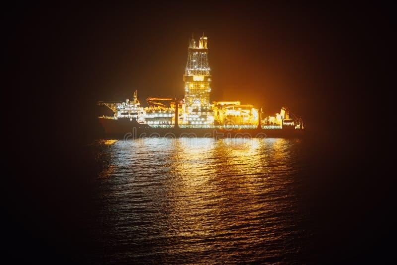 近海油钻井船在晚上 图库摄影