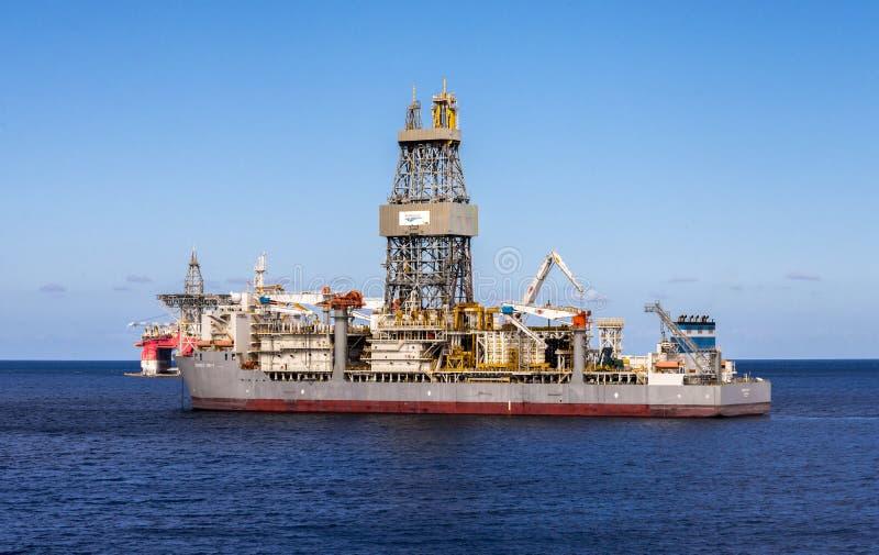 近海深水钻井的一艘大ENSCO钻井船在大西洋附近的特内里费岛,加那利群岛,西班牙 免版税库存图片