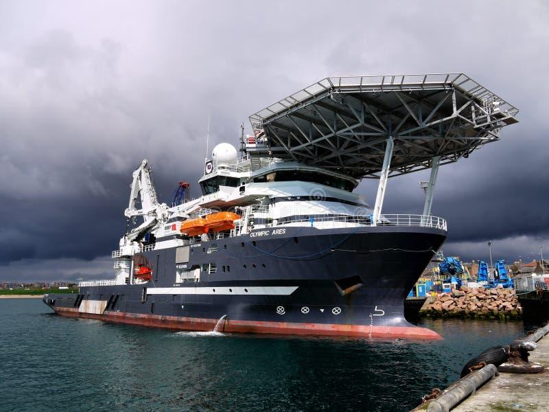 近海潜水的支援船只码头区 免版税库存照片