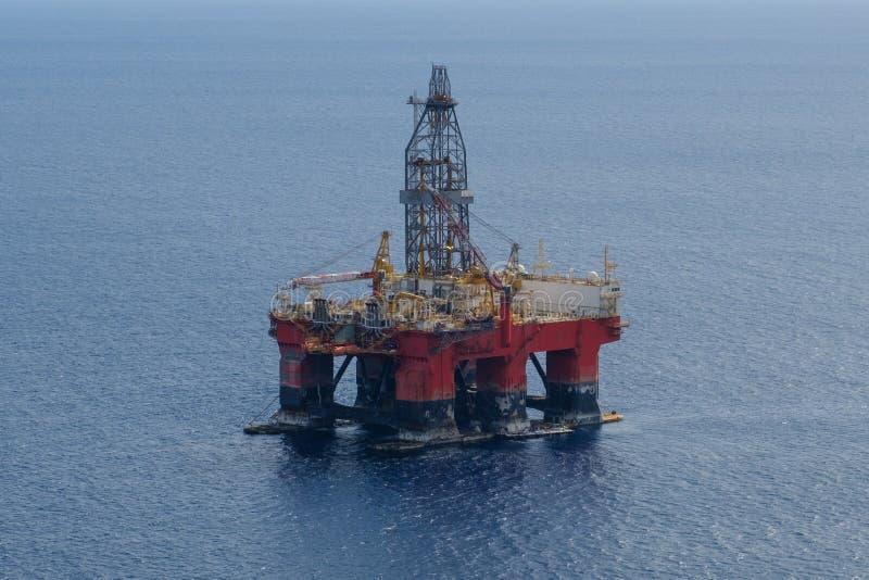近海钻子平台-天线,钻platfom/抽油装置 库存照片