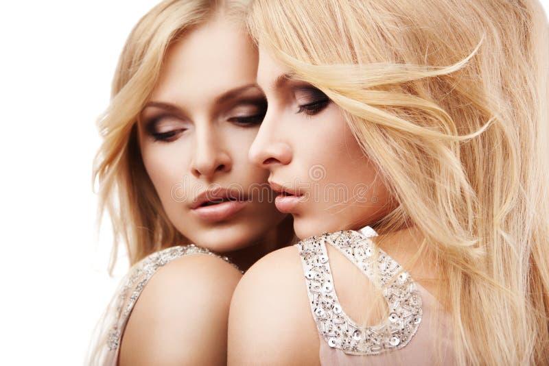 近美丽的镜子在性感的白人妇女年轻人 免版税图库摄影