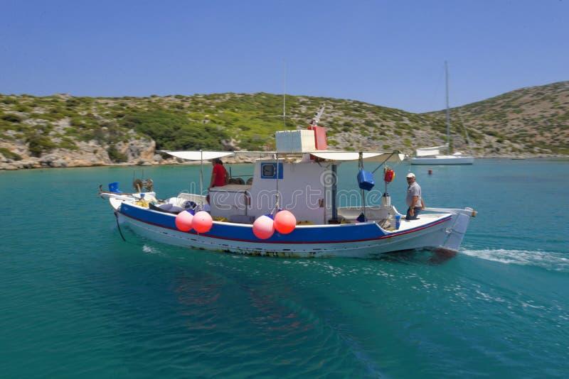 临近Levitha海岛的渔夫 免版税库存图片