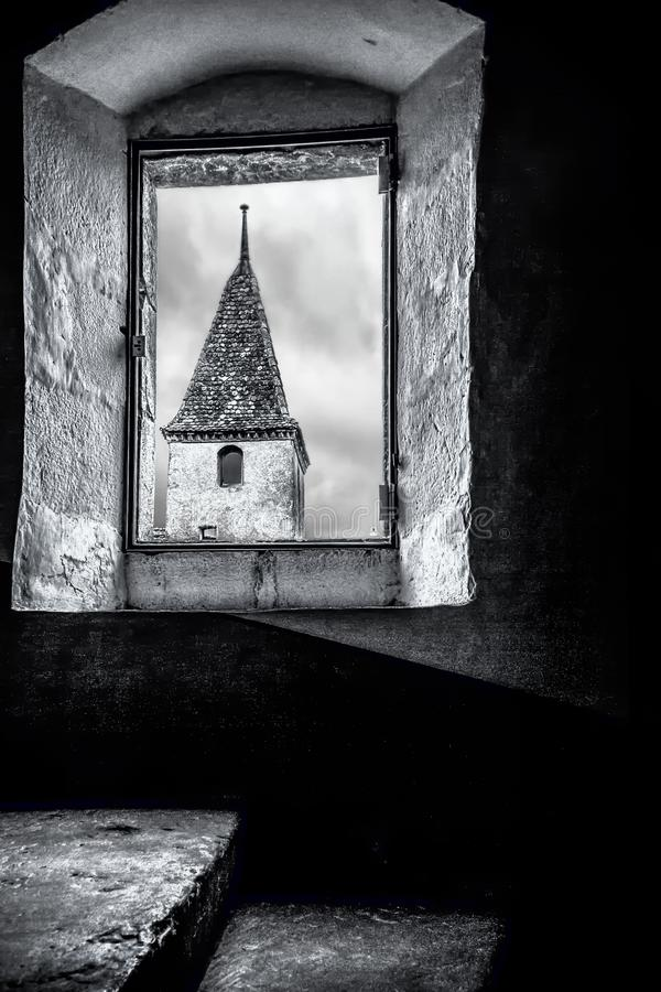这个图象更加适当地被采取从其中一个格律耶尔或ChÃ… Â teau de Gruyeres城堡的塔的内部,看  免版税库存照片