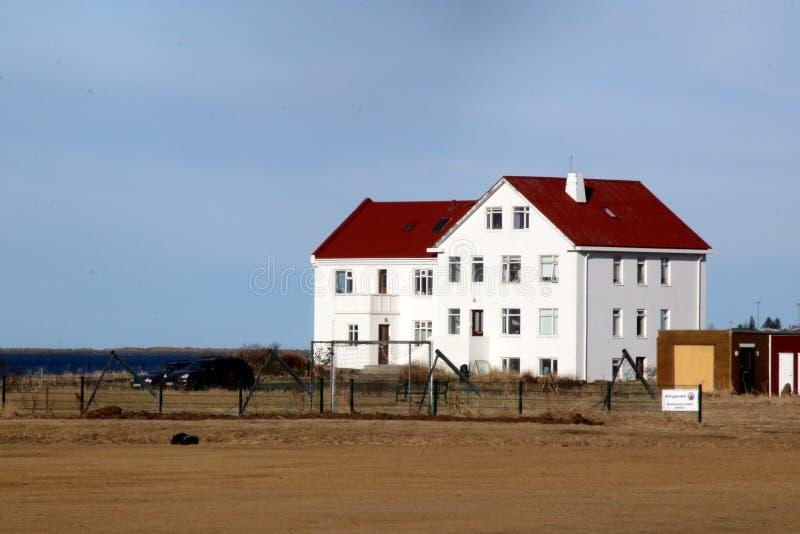 这个白色房子是由海洋 库存图片