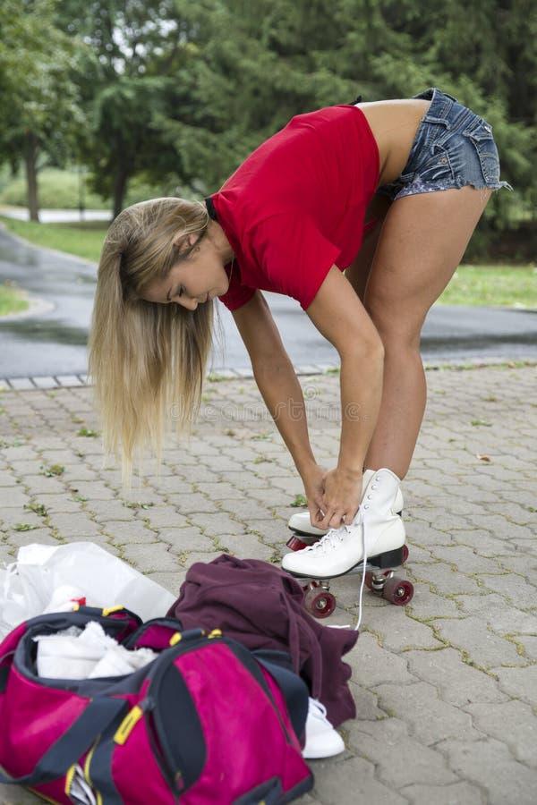 这些少妇的附上葡萄酒溜冰鞋 免版税库存照片