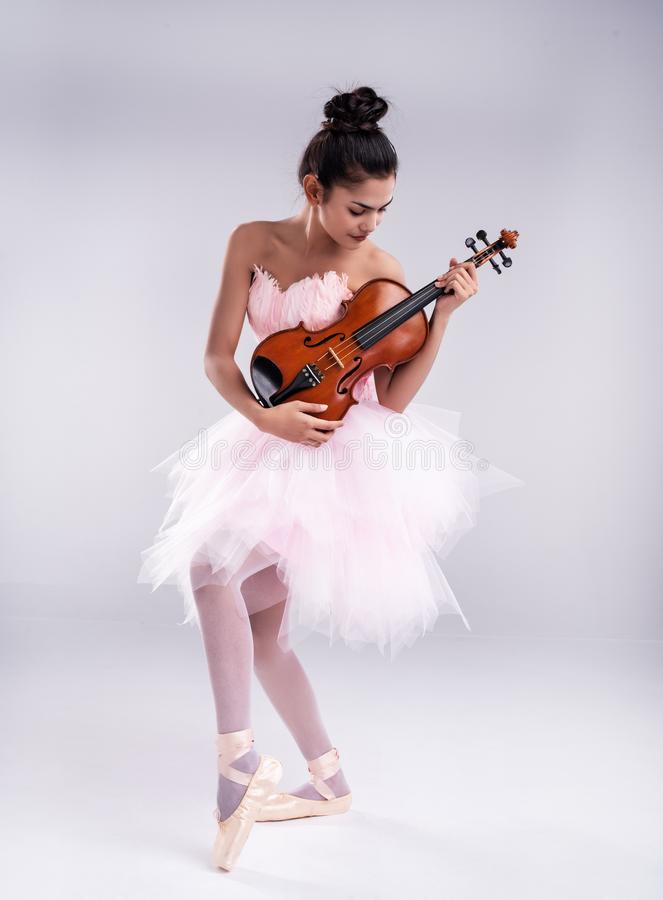 这位美女穿着粉色芭蕾舞服,用木琴跳舞 库存图片