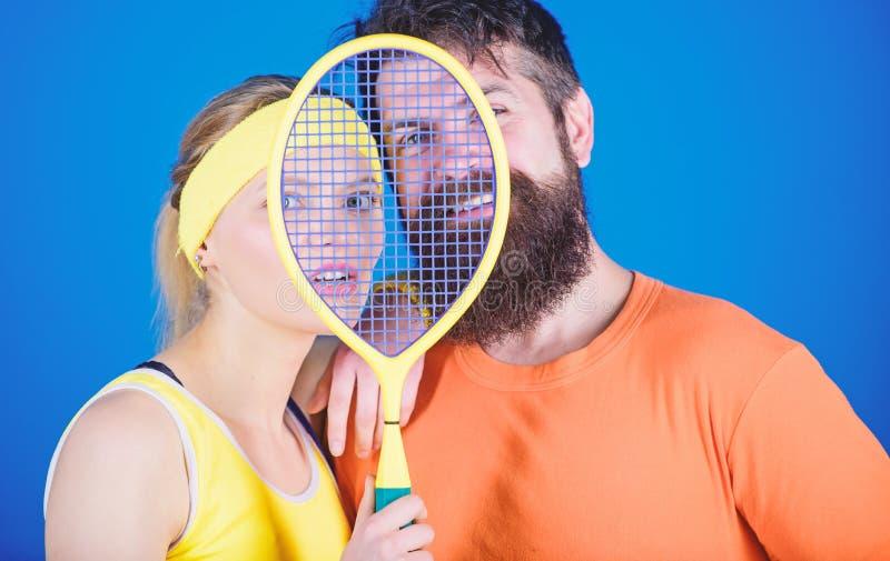 这场比赛比爱好是更多 r 爱上网球拍运动器材的男人和妇女夫妇 免版税库存照片