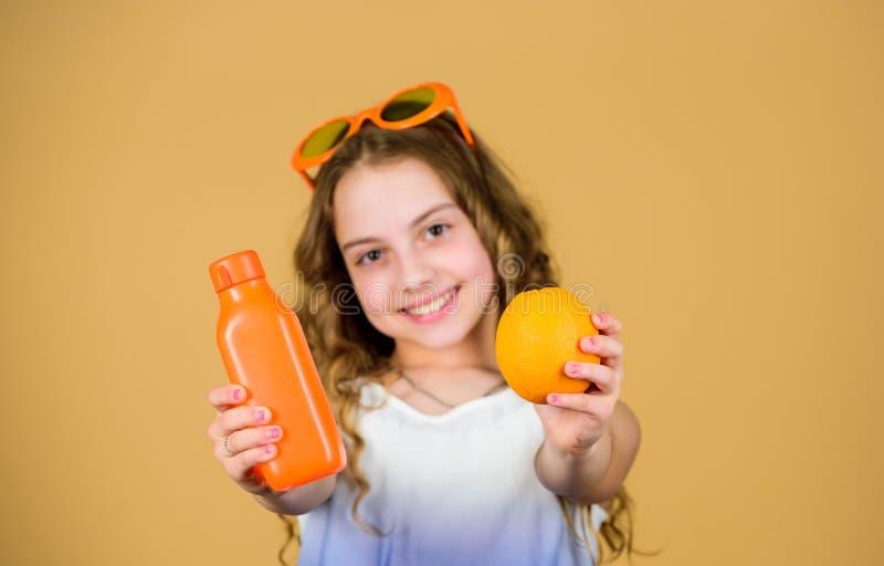 这应该是美好的 夏天维生素饮食 自然维生素来源 愉快的女孩饮料新鲜的橙汁过去 ?? ?? 免版税库存照片