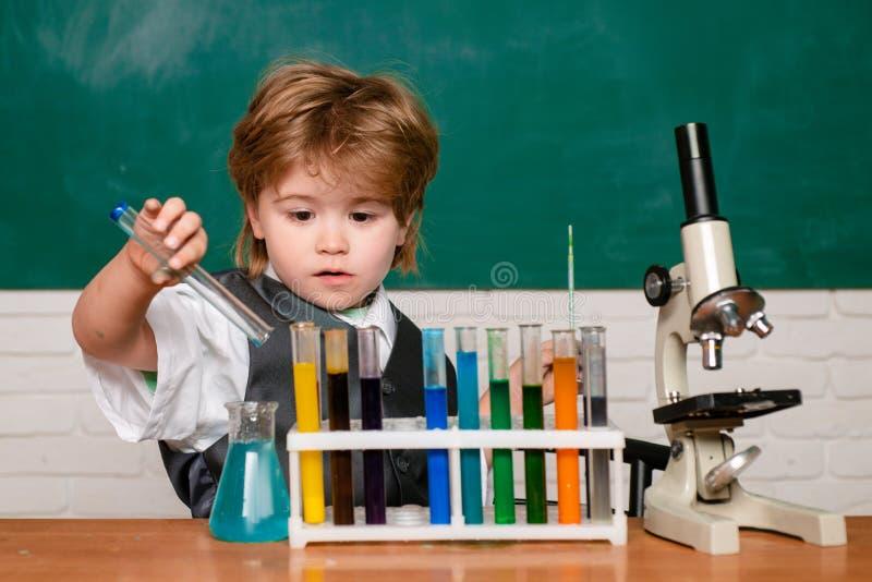 这是一点化学实验 在家学会 r 第一时代 愉快一点科学家做 免版税库存照片