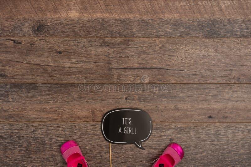 这是与童鞋的一个女孩照片支柱 库存照片