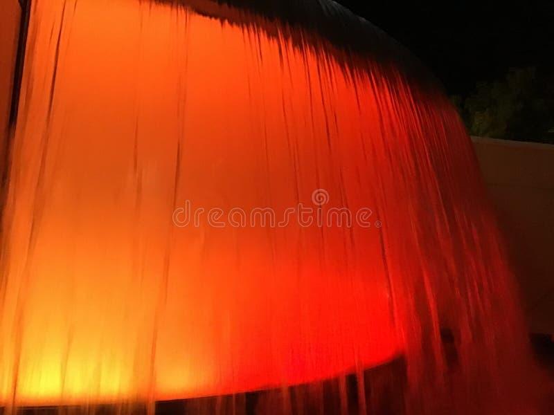 这是位于加利福尼亚的美丽,流动,红色和橙色瀑布 免版税库存图片