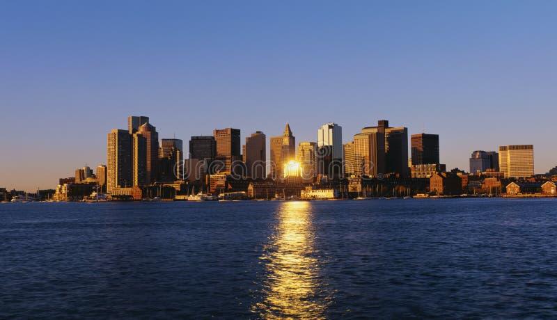 这是地平线和与江边视线内在早晨光的 免版税图库摄影