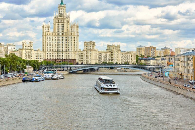 这是城市的顶面地标 莫斯科中心的全景与莫斯科河的 莫斯科美好的都市风景  图库摄影