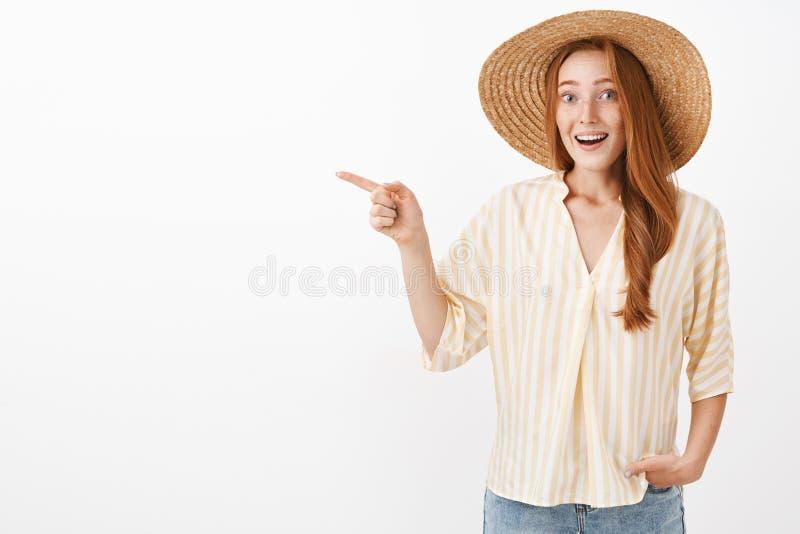 这是奇迹神色 被打动的和激动的女性怯懦的红头发人妇女画象有雀斑的在草帽和 免版税库存图片