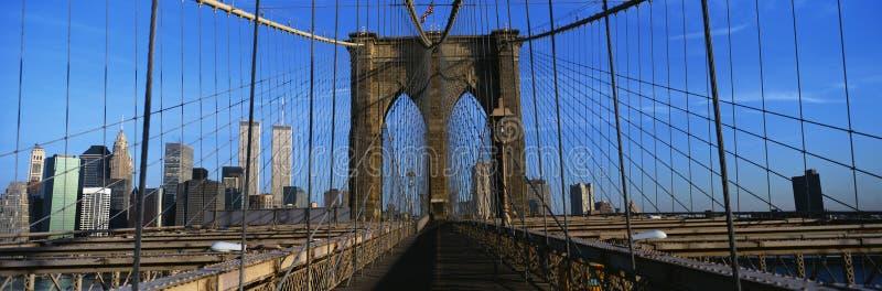 这是布鲁克林大桥走道的特写镜头到曼哈顿 曼哈顿地平线在背景中 钢操刀是o 库存照片