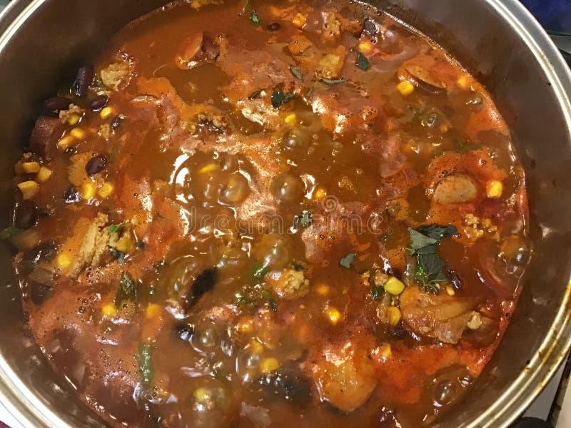 这是自创辣椒用牛至和玉米和香肠和地面火鸡 库存图片