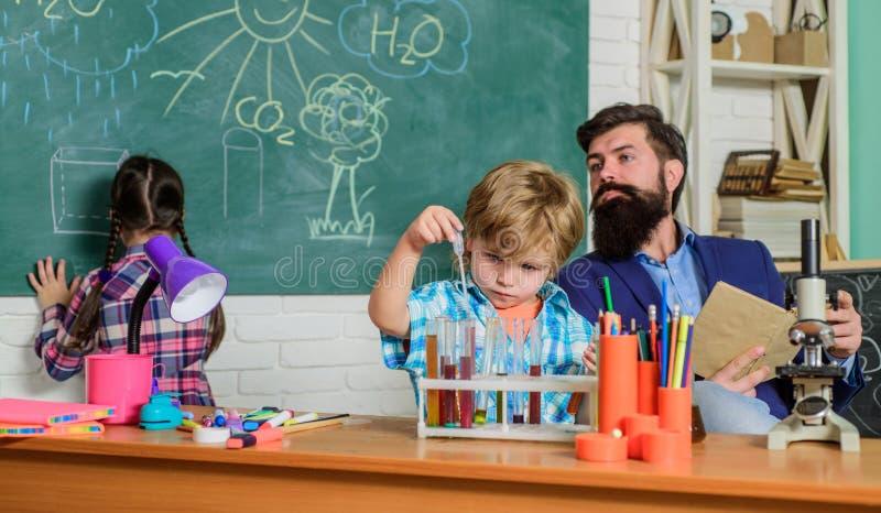 这是难以相信的 做科学实验的孩子 ?? 科学和教育 化学实验室 E 免版税库存图片