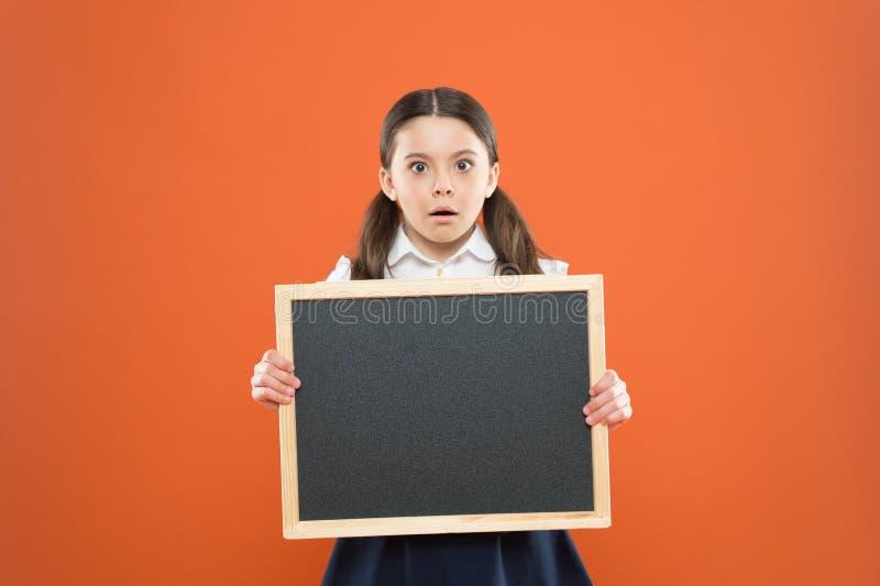 这里您的文本 ?? 写hometask r r 9?1? 小女孩展示 免版税图库摄影