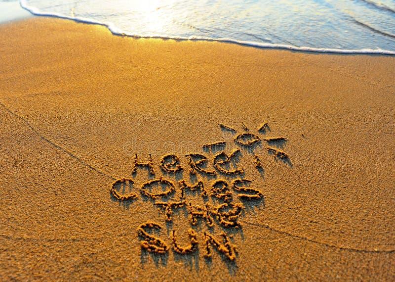 这里来太阳,夏天海滩场面 免版税库存照片