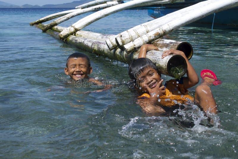 这里没有电子游戏 菲律宾孩子有乐趣游泳在雷伊泰,菲律宾,热带亚洲 免版税库存图片