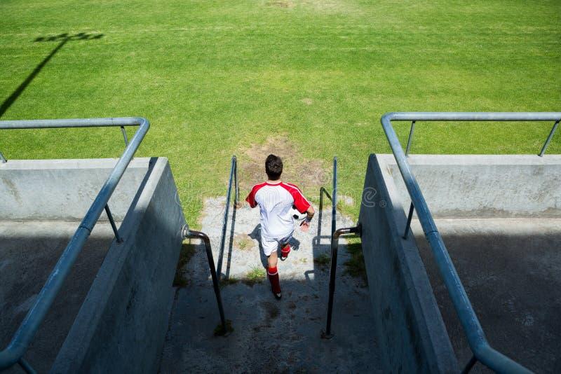 进入体育场的足球运动员 免版税图库摄影