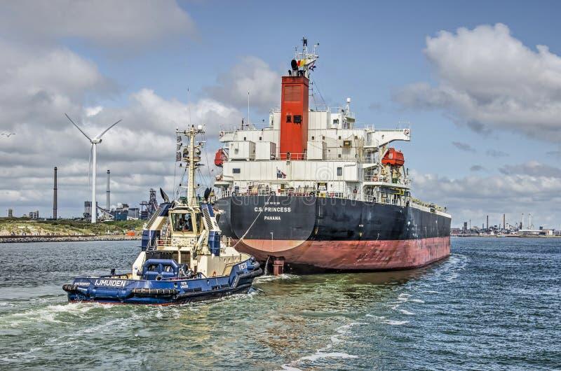 进入北海运河的大货轮 免版税图库摄影