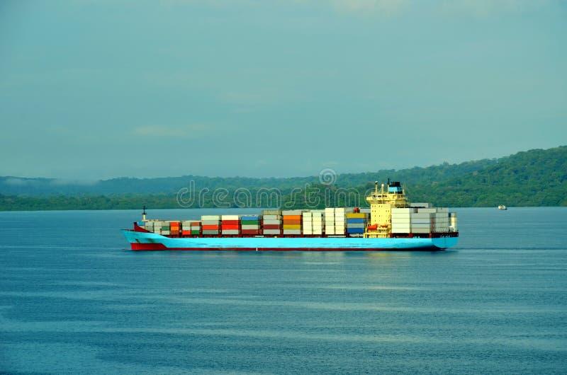进入巴拿马运河的货船在哥伦布峰,巴拿马 免版税图库摄影